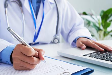 médico fazendo a contabilidade do seu consultório para declarar a DEMED
